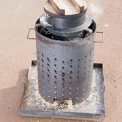 燃料は籾殻と少しの杉の落ち葉など、とてもエコな調理器具です