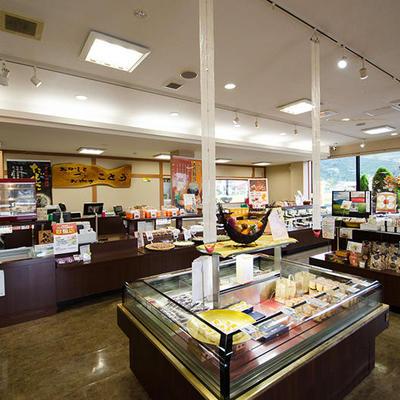 店内では試食用のお菓子もご用意しております。ぜひゆっくりとご覧くださいませ。