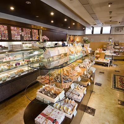 店内には洋菓子、和菓子、さまざまなお菓子をご案内しております