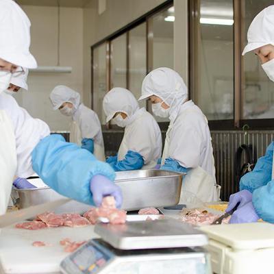 工場内では衛生管理を徹底し、皆さまに安心・安全な「食」を提供いたします。