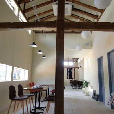 蔵を改装して作ったカフェは静かに落ち着ける空間