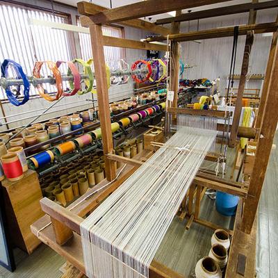織物が出来るまでの工程紹介や機織り体験が出来ます