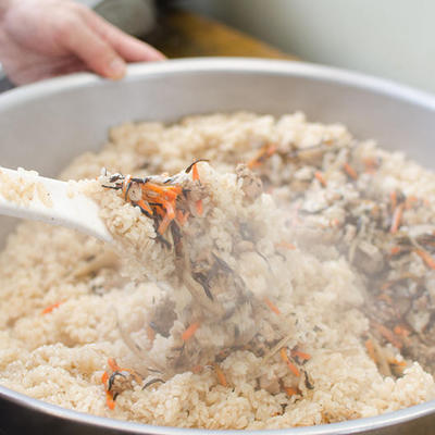 蒸しあがったもち米と、五目の具材を混ぜあわせます。